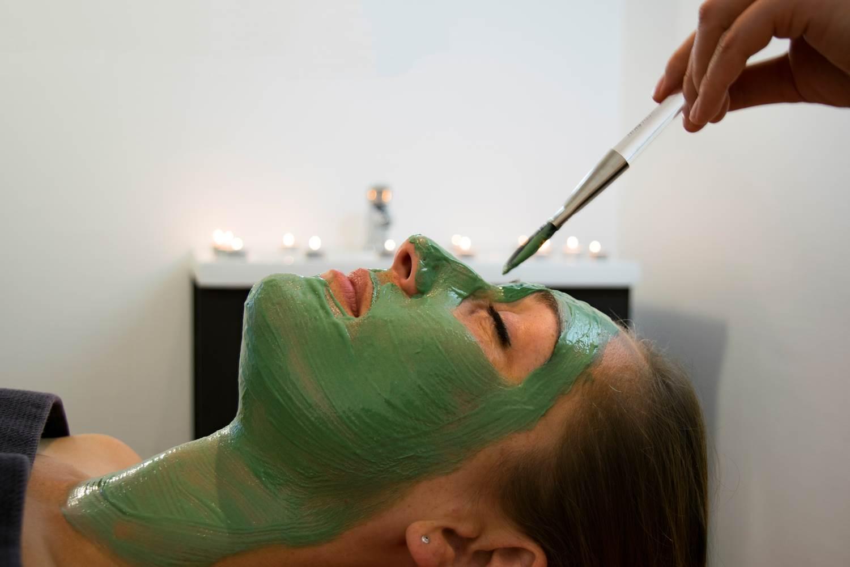 Masque-Visage-Spirulin-Femme-Miramar-La-Cigale-Thalassothérapie-&-Spa-Arzon-Presqu'île-de-Rhuys-Golfe-du-Morbihan-Bretagne sud © Serge Detalle