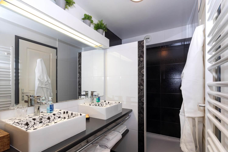 Salle de bains - Chambre Hermine - blanc et noir ©