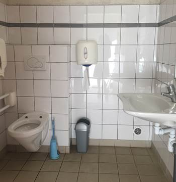 sanitaire (1/2) de l'aire naturelle de camping de la gare de Guiscriff